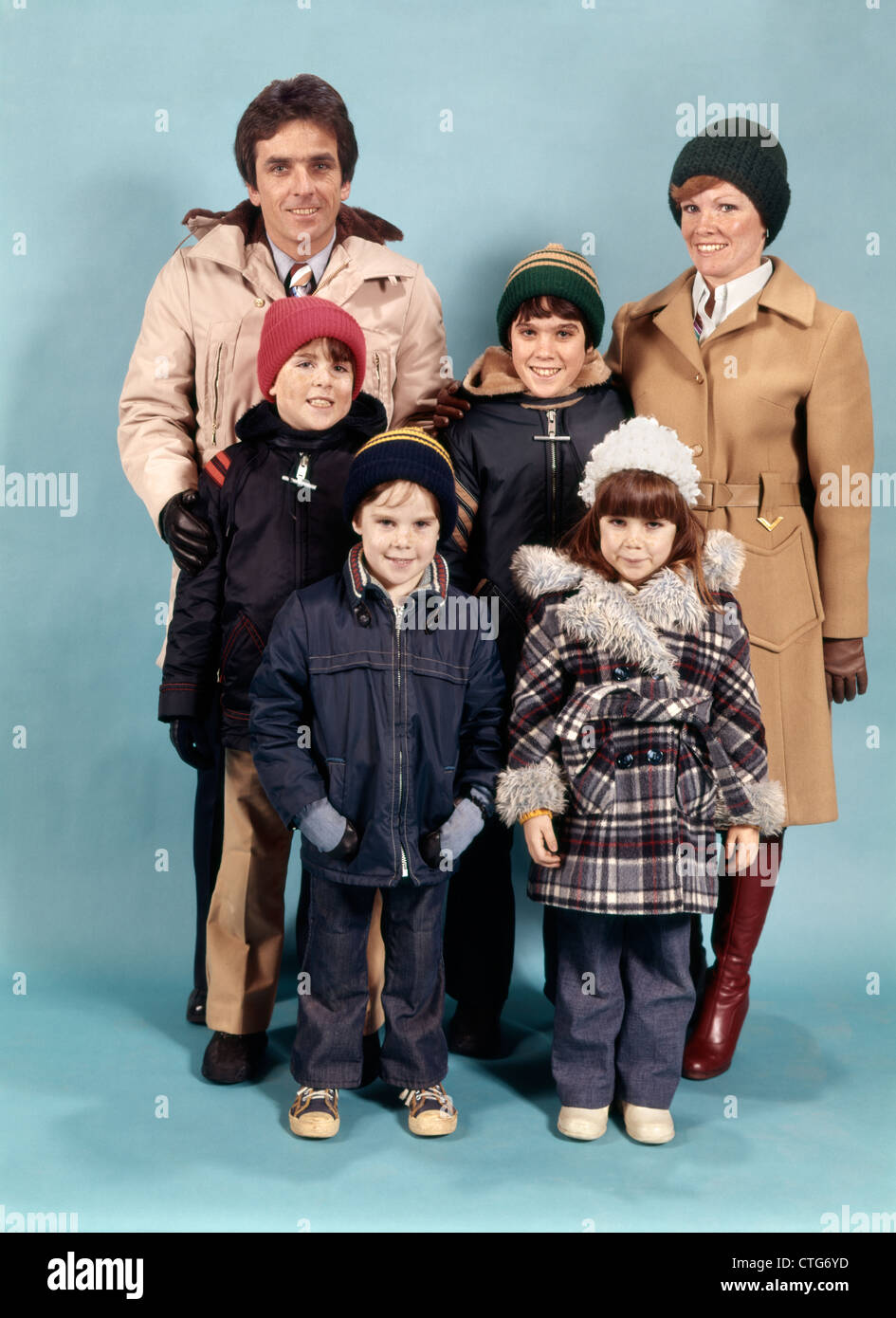 1970s FAMILY OF SIX PORTRAIT FULL LENGTH WEARING WINTER COATS LOOKING AT CAMERA - Stock Image
