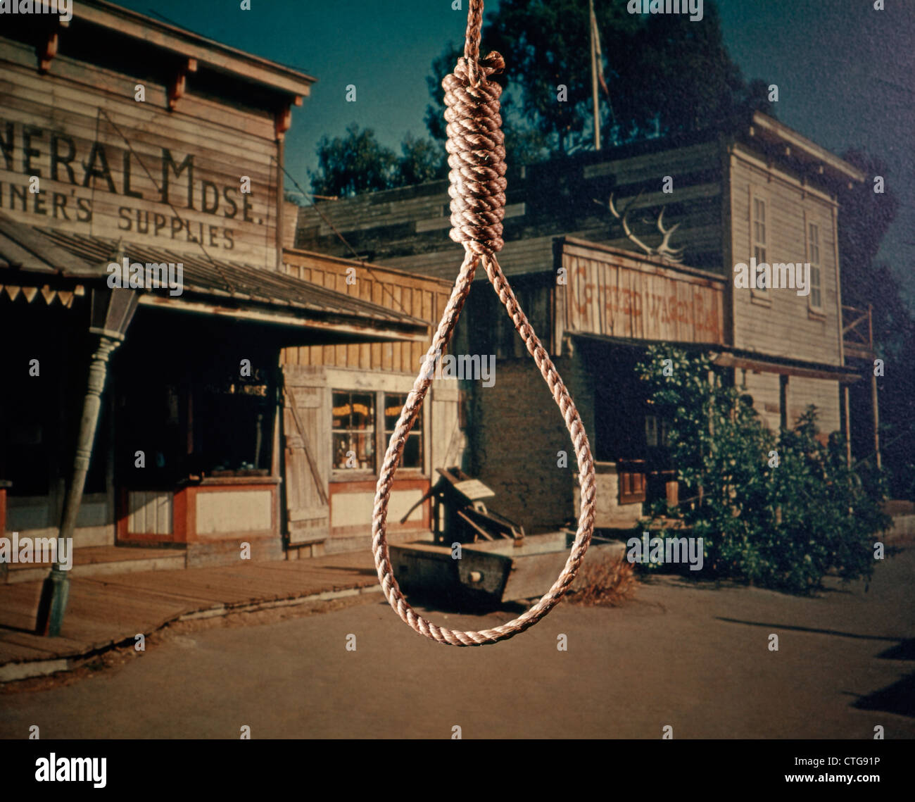 1960s ROPE HANGMAN NOOSE BACKGROUND OLD WEST COWBOY TOWN LYNCHING - Stock Image