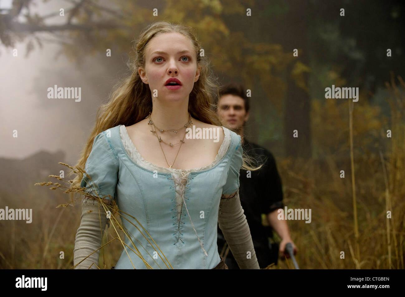 RED RIDING HOOD (2011) AMANDA SEYFRIED, SHILOH FERNANDEZ CATHERINE HARDWICKE (DIR) 006 MOVIESTORE COLLECTION LTD - Stock Image