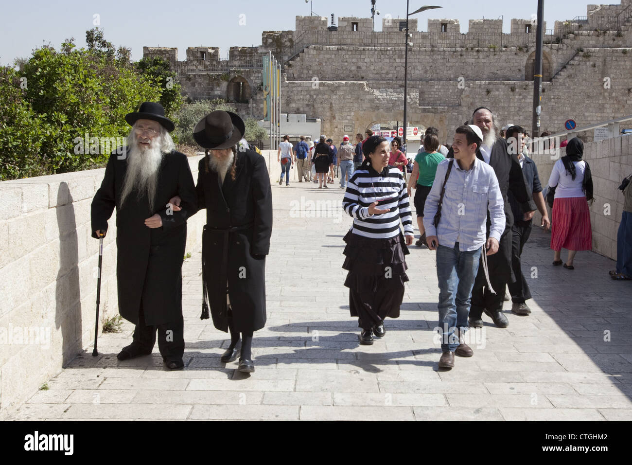 Tourists, pilgrims, and people of the Jewish faith walking to the Western Wall in the Old City of Jerusalem, Israel - Stock Image