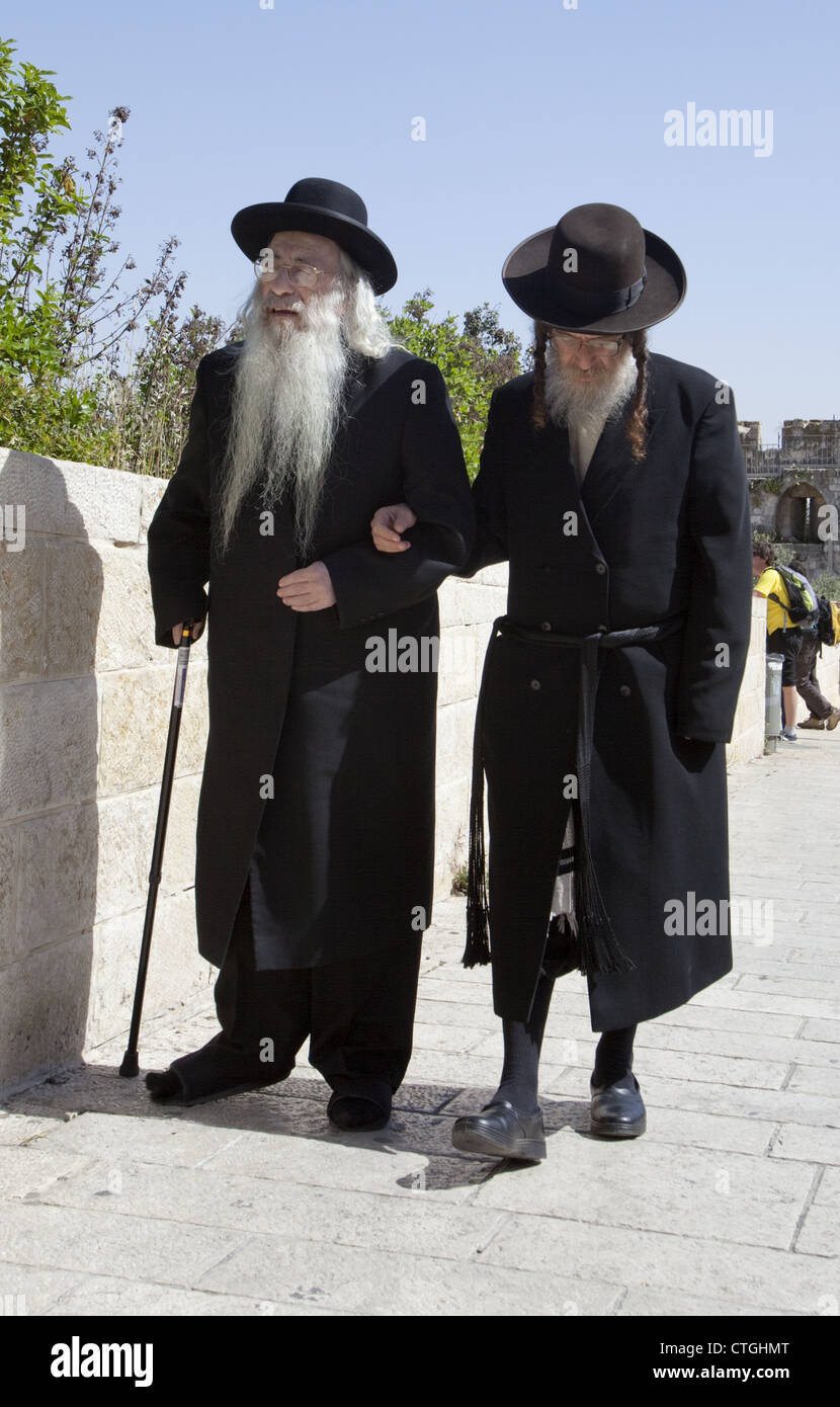 Orthodox Jews walking to the Western Wall in the Old City of Jerusalem, Israel - Stock Image