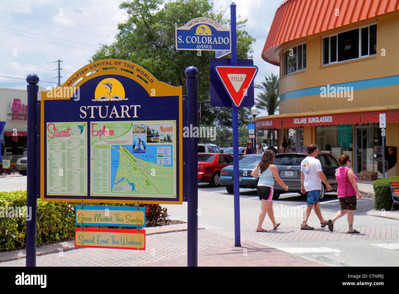 Stuart Florida South Colorado Avenue downtown sign directory shopping yield sign - Stock Image