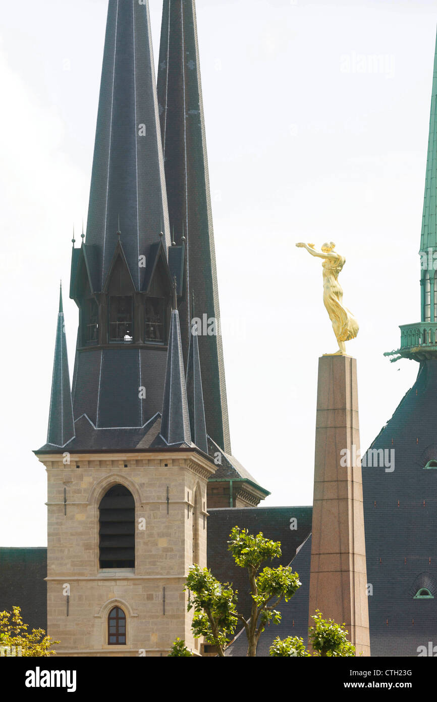The monument of the §Gölle Fra' (golden Lady) an the towers of the Luxembourg Cathedral in Luxembourg - Stock Image