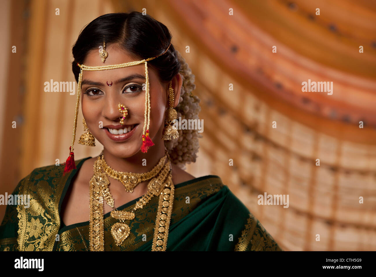 Portrait of young bride dressed up in Marathi style - Stock Image