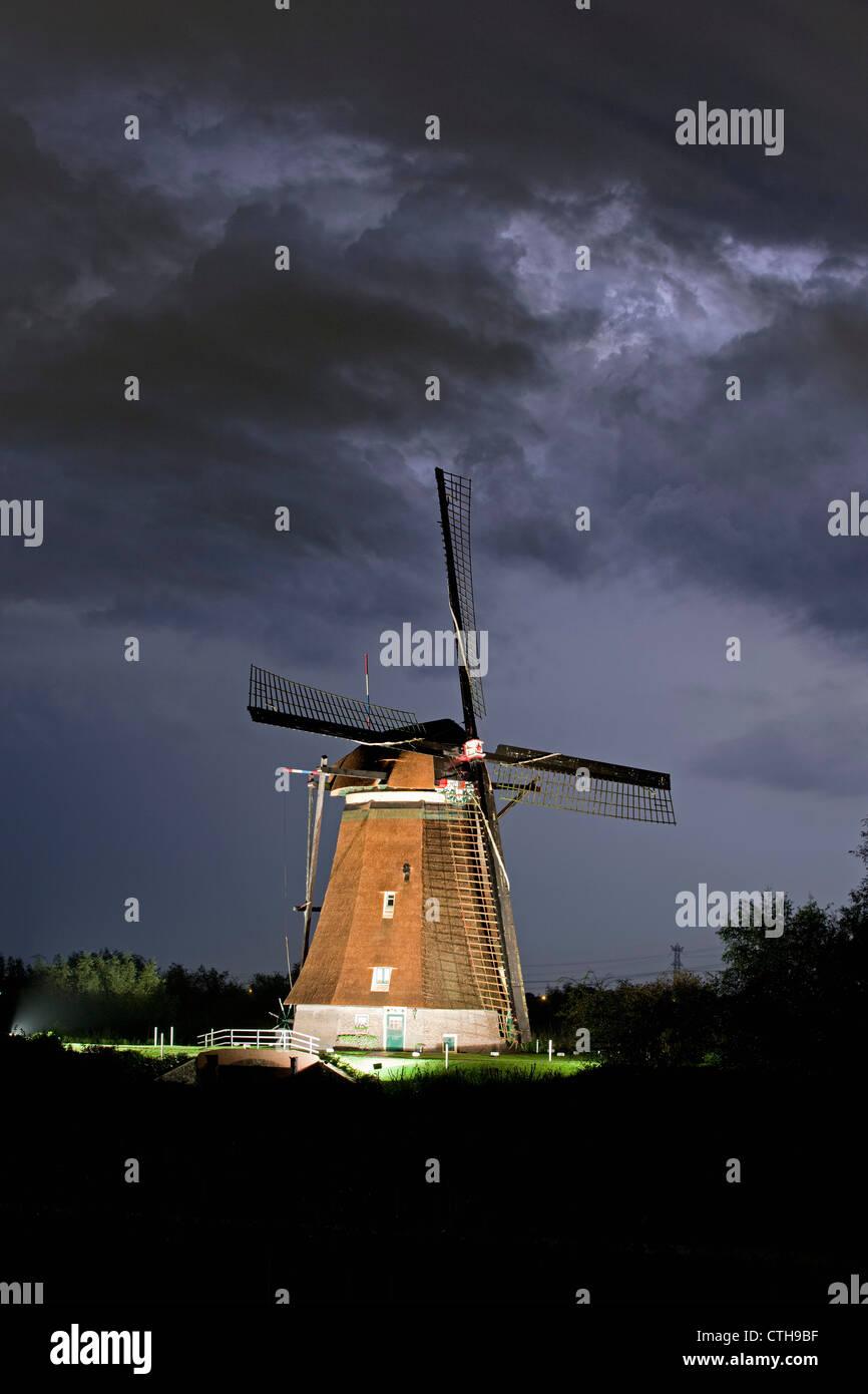 The Netherlands, Kinderdijk, Lit Windmills situated in the Alblasserwaard Polder, UNESCO World Heritage Site. - Stock Image