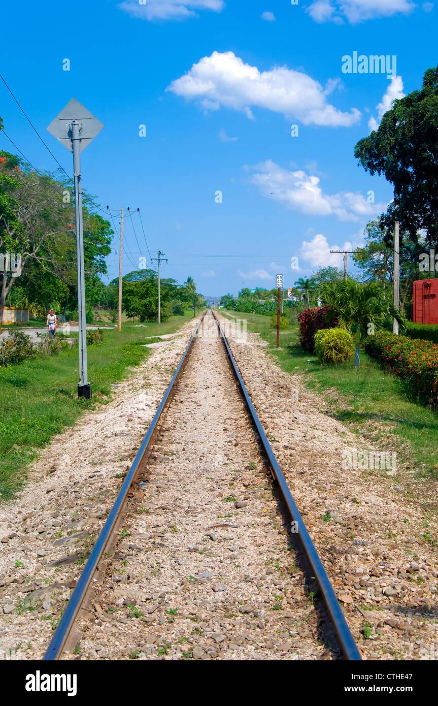 Train tracks leading to the horizon, Santa Clara, Cuba - Stock Image