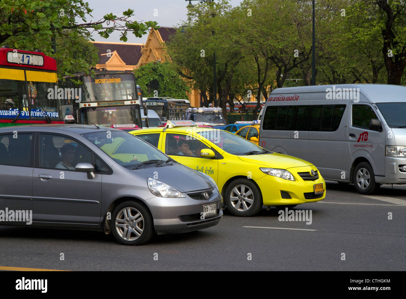 Bus and automobile traffic near the Grand Palace in Bangkok, Thailand. - Stock Image