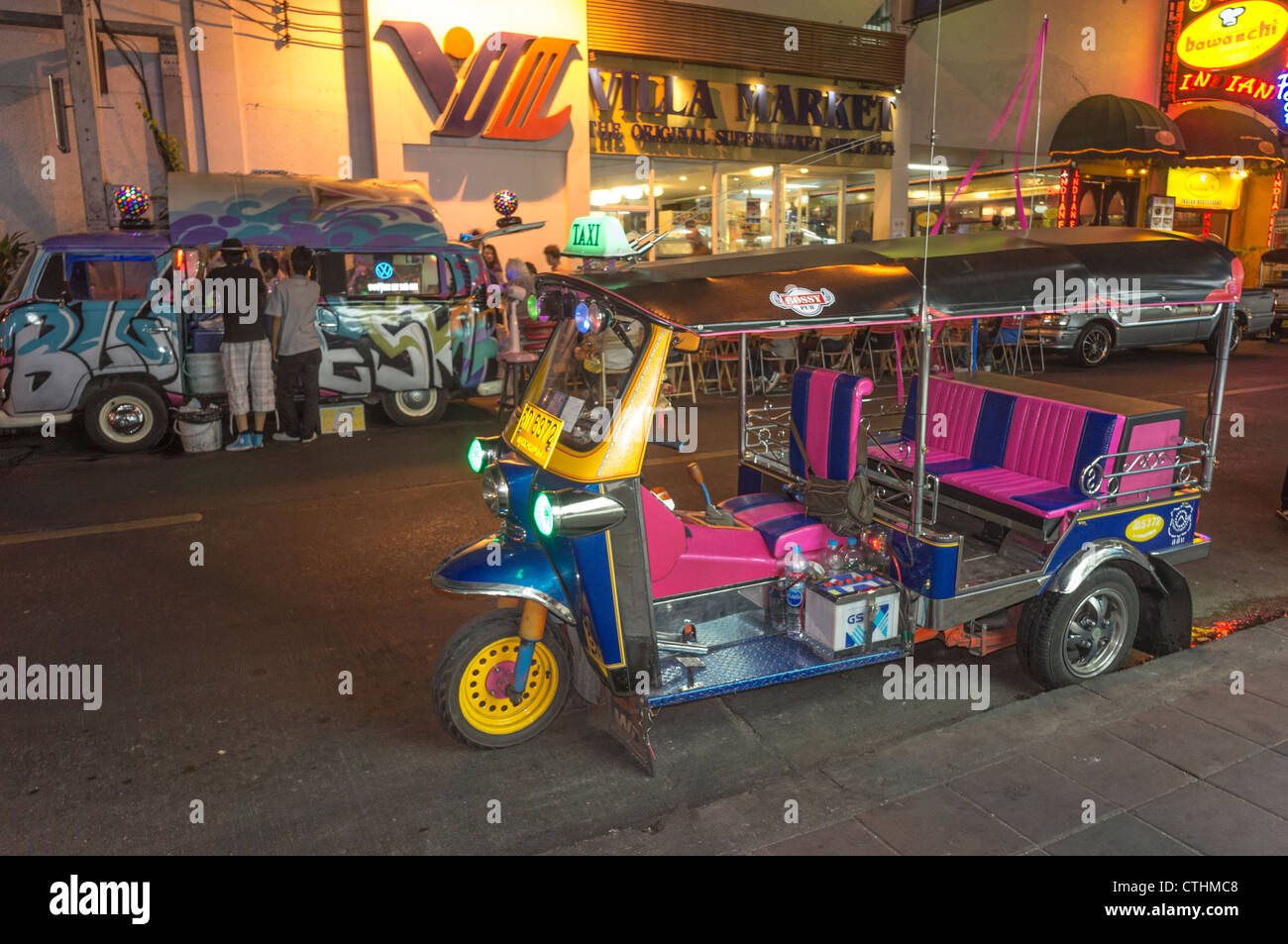 Suhkumvit street life at night, Tuk Tuk, Cocktail Bar in VW Bus, Bangkok, Thailand - Stock Image