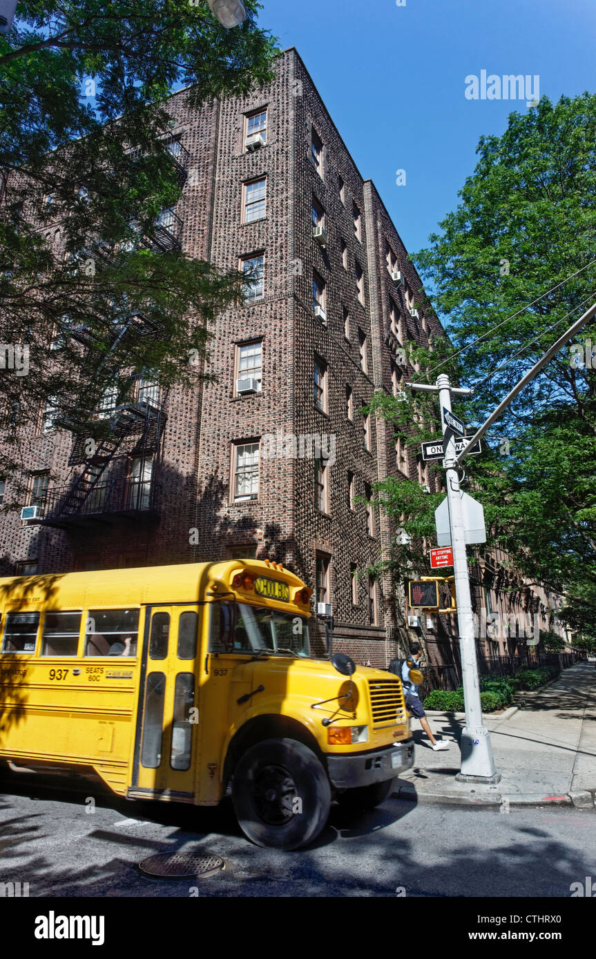 School Bus in Brooklyn Hights, Brown Stone Houses, New York - Stock Image