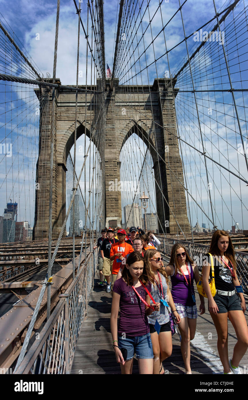 School Class on Brooklyn bridge, New York , USA - Stock Image