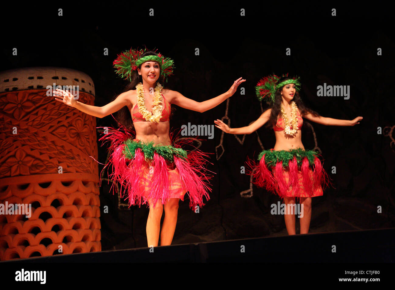 Hula dancers at Hawaiian Luau - Stock Image