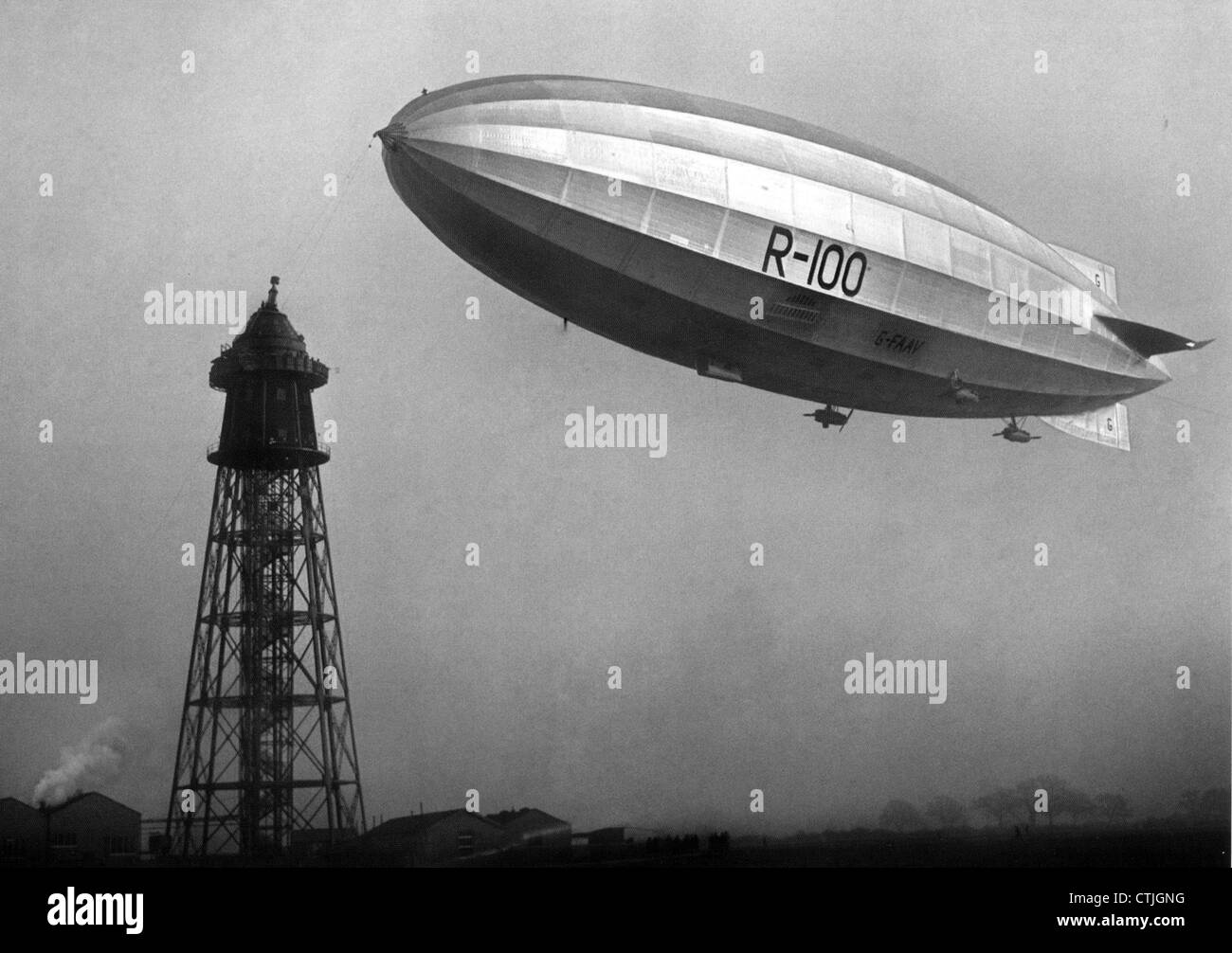 R-100 airship preparing to link with the mooring mast at Cardington, Bedforshire, England, in December 1929 - Stock Image