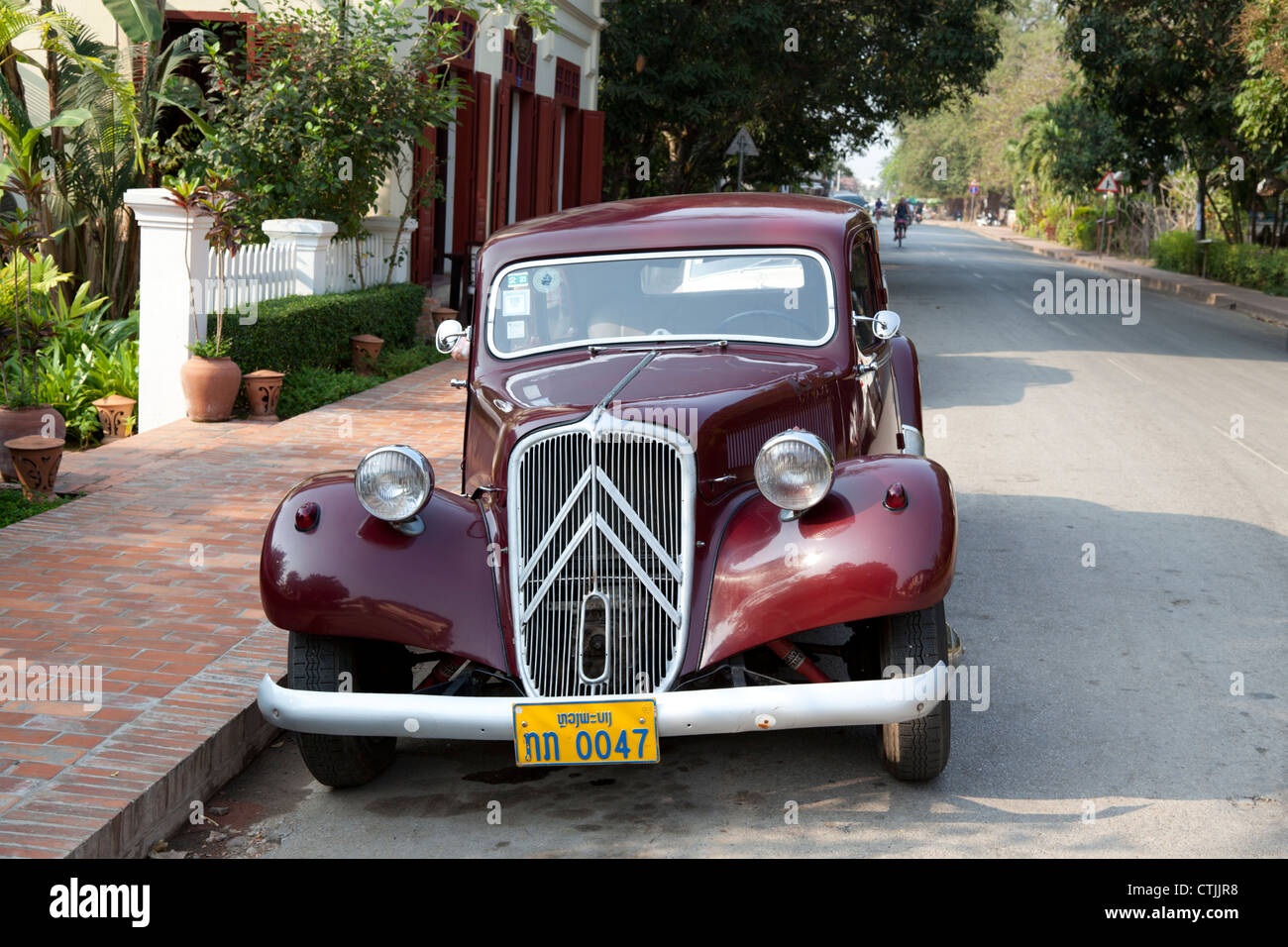 An eccentric old dark red Citroen car with front-wheel drive, in Luang Prabang (Laos). Voiture Citroën traction - Stock Image