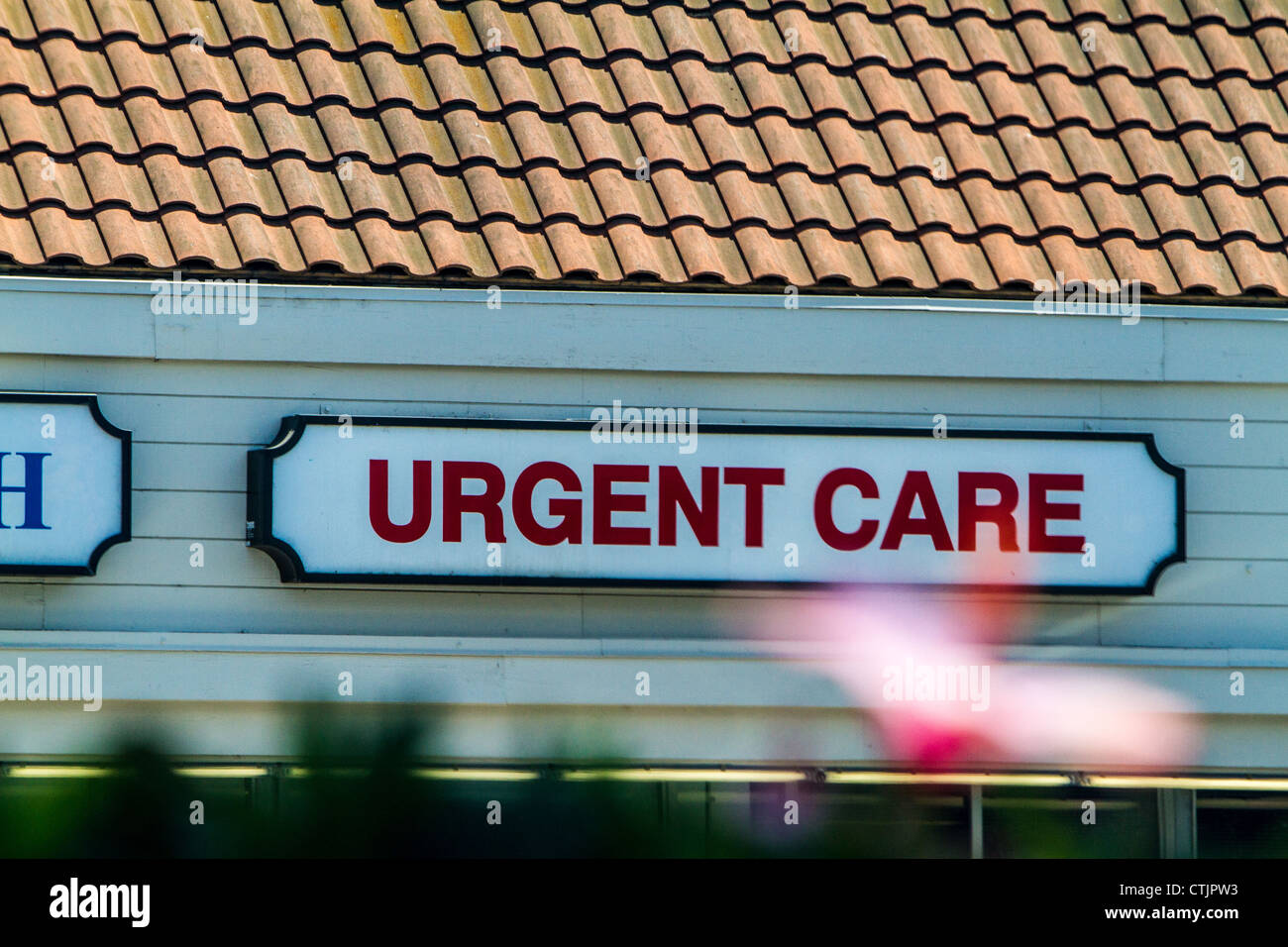 Hibiscus flower and urgent care sign in Santa Paula California - Stock Image
