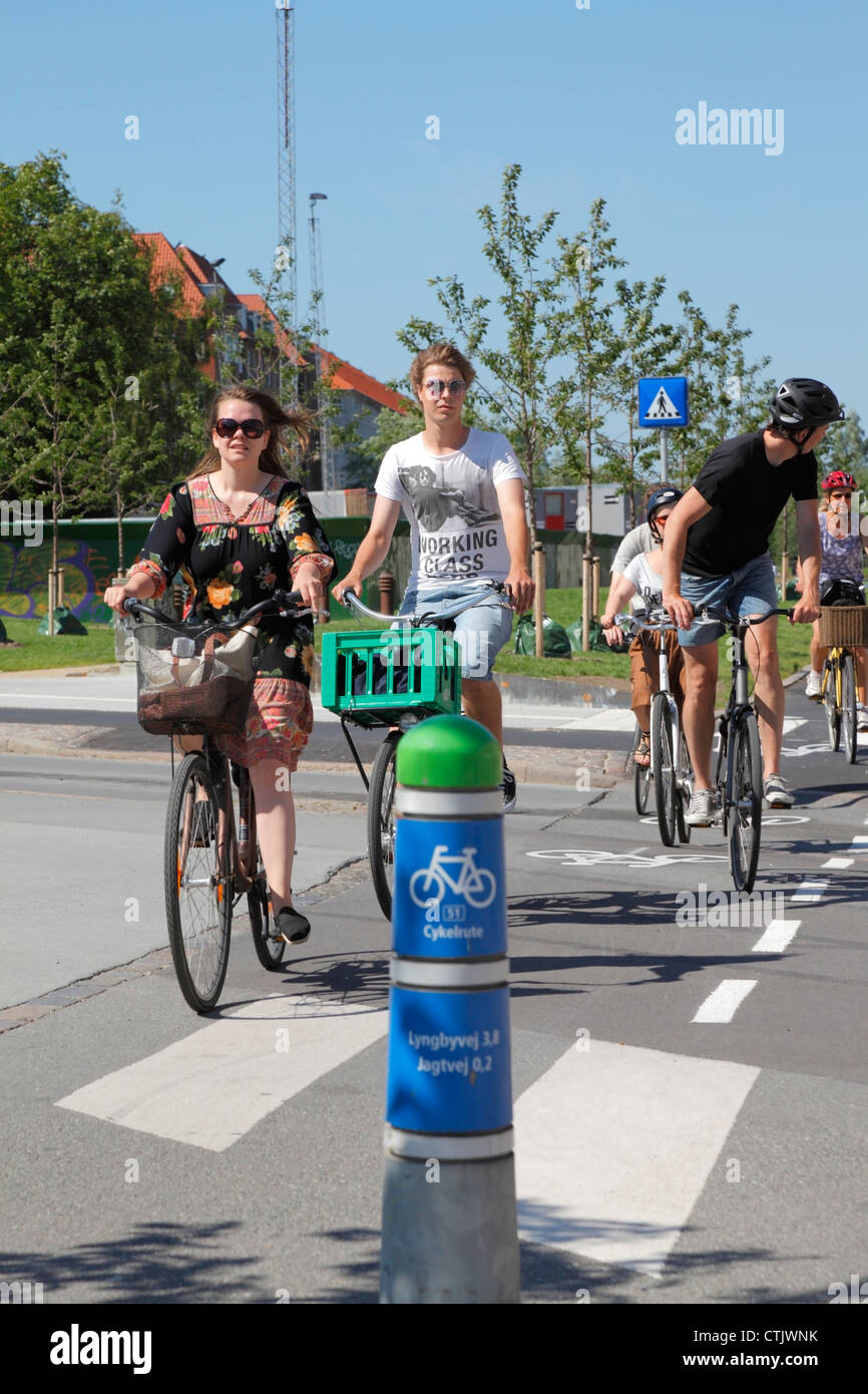 Young cyclists on the green bicycle route 51 connecting the Copenhagen neighbourhoods Nørrebro and Frederiksberg. - Stock Image