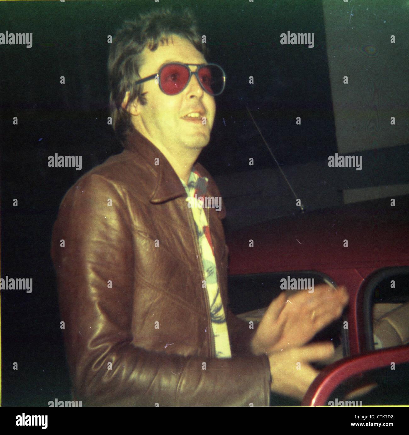 003851 - Paul McCartney outside Abbey Road Studios, London in 1975 - Stock Image