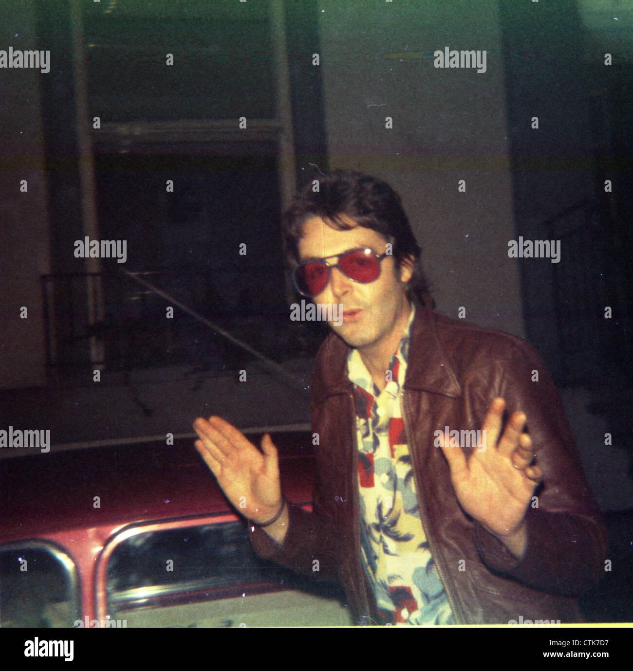 003852 - Paul McCartney outside Abbey Road Studios, London in 1975 - Stock Image