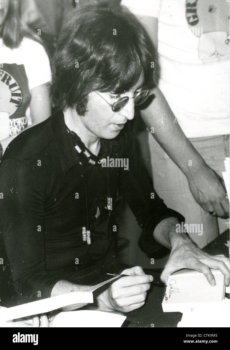 003907 - John Lennon at a Grapefruit book signing in Selfridges, London on  15th July 1971 - Stock Image
