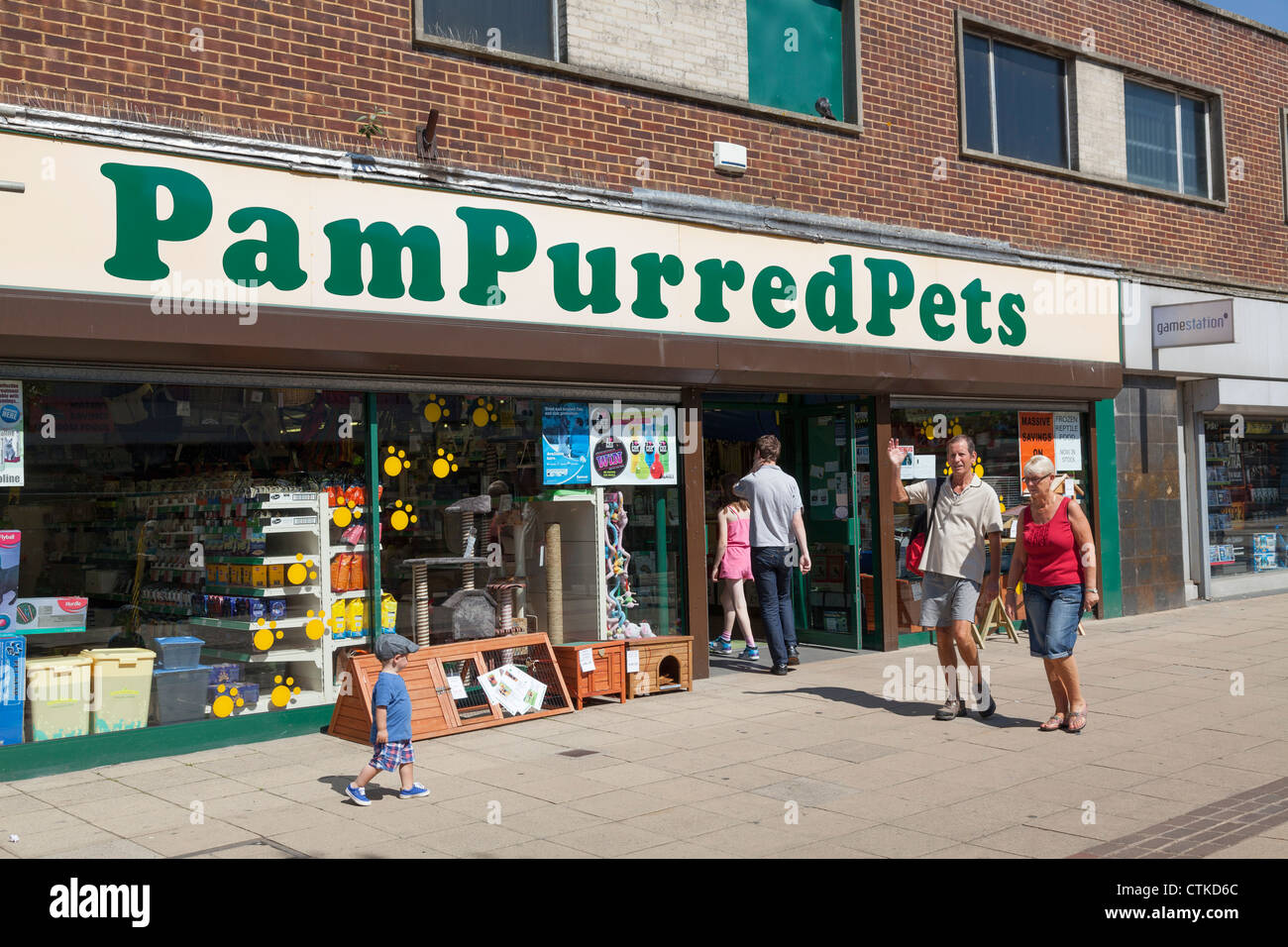 PamPurred Pets high street shop front - Stock Image