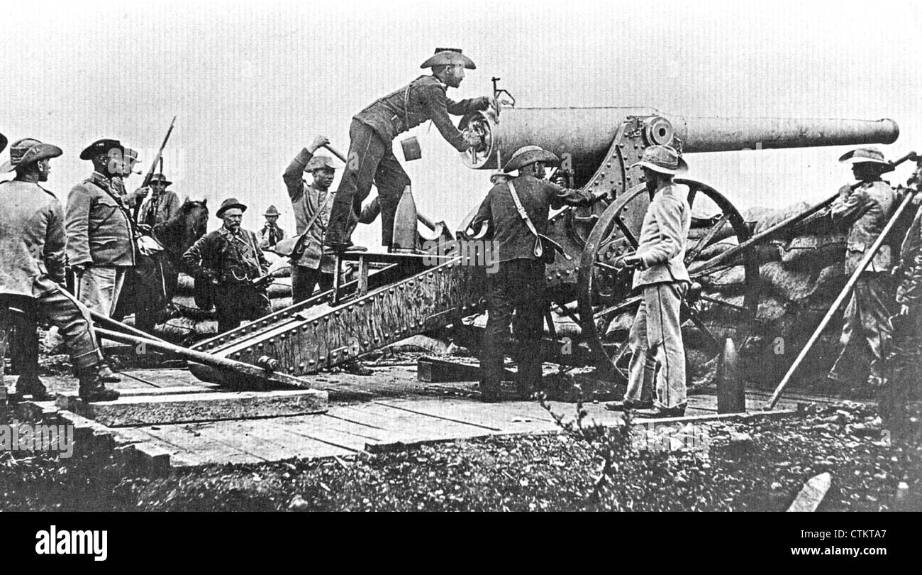 SECOND BOER WAR (1899-1902)  Staats Artillerie troops directing fire on Mafeking with one of their 94-pound Creusset - Stock Image