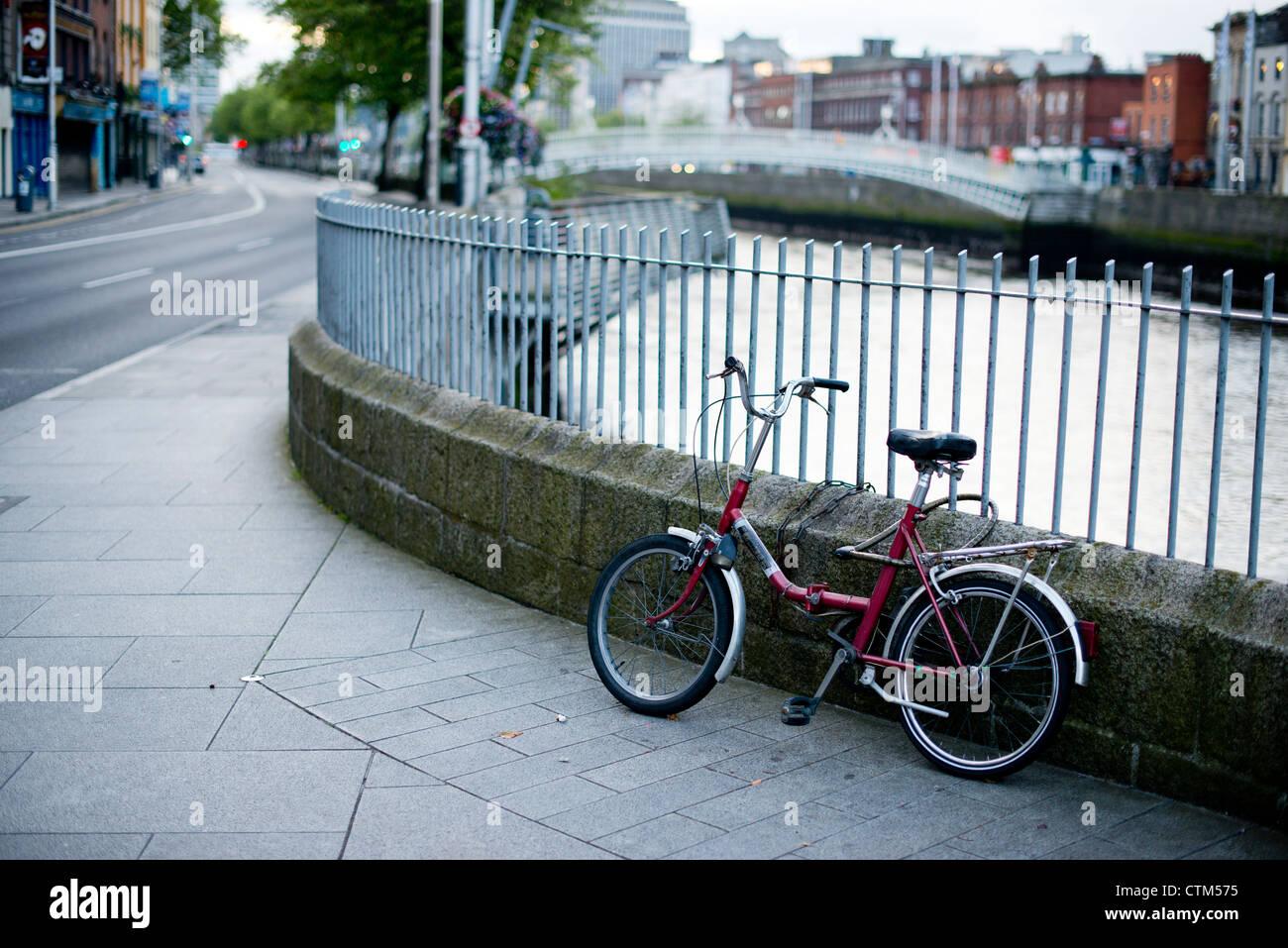 A bicycle on the Millennium Bridge / Wellington Quay, Dublin, Co. Dublin, Ireland - Stock Image