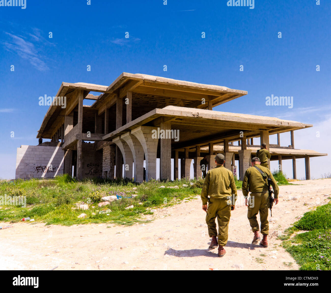 Jerusalem, Israel. Soldiers near the skeleton of the summer palace of Jordanian king Hussein, captured unfinished - Stock Image