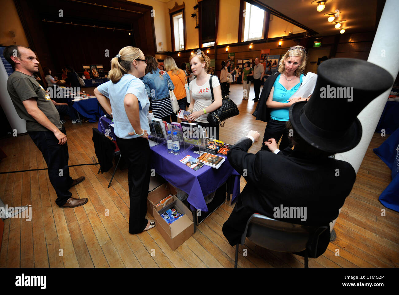 A student and parent meet an actor dressed as Isambard Kingdom Brunel at an open day in Bristol University's - Stock Image