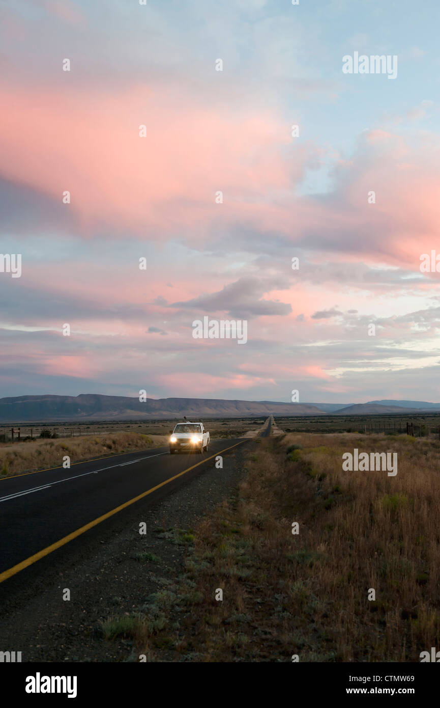 The Long Road: Travelers at Dusk in the Great Karoo, South Africa - Stock Image