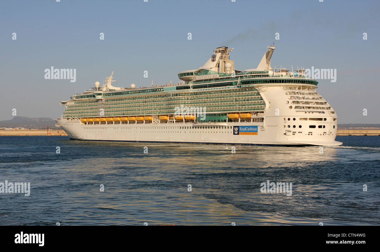 Royal Caribbean International's Cruise Ship 'Independence of the Seas' departing at late afternoon from - Stock Image