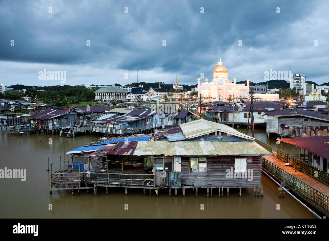 Water village and the Omar Ali Saifuddien Mosque in the evening Bandar Seri Begawan Brunei Borneo Asia. - Stock Image