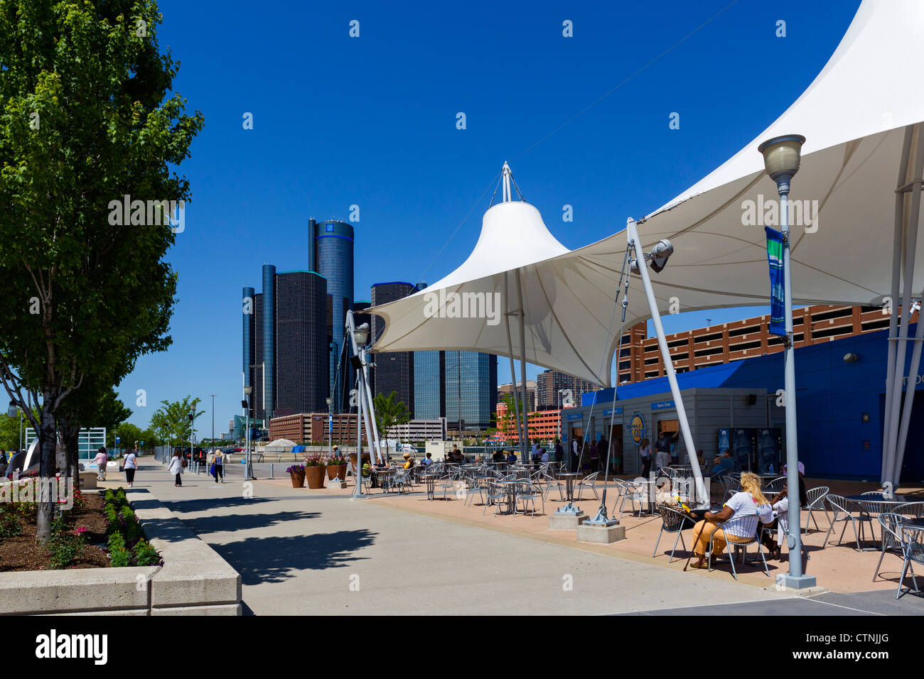 The Riverwalk Cafe in Rivard Plaza with the Renaissance Center city skyline behind, Detroit, Michigan, USA - Stock Image