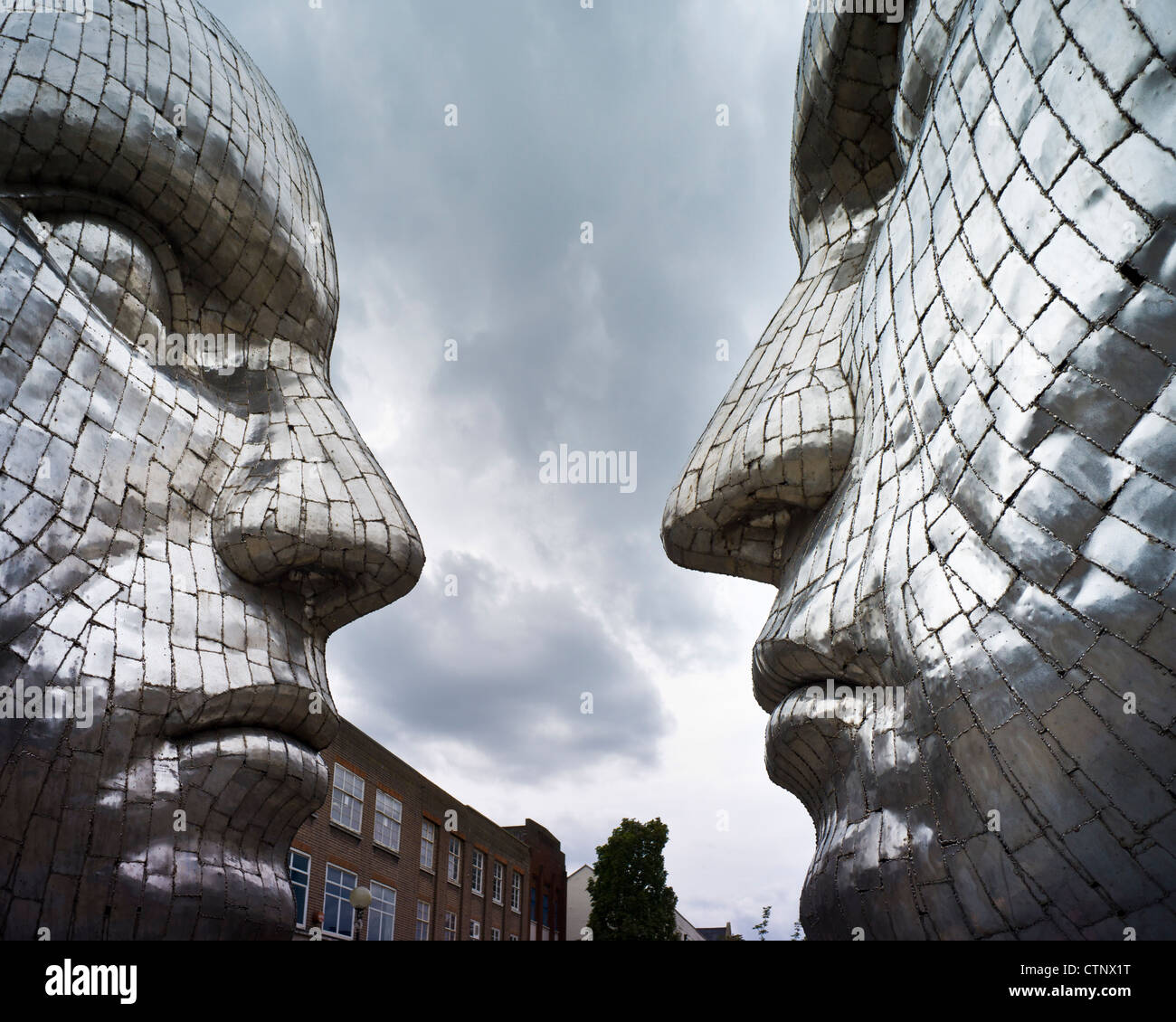 Rick Kirby's commissioned sculpture of two Silver Faces in Silver Street, Bedford - Stock Image