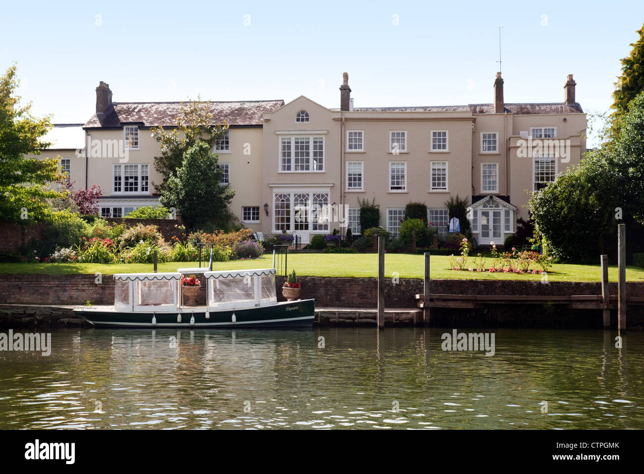 Luxury house and moored boat on the River Thames at Wallingford Oxfordshire UK Stock Photo