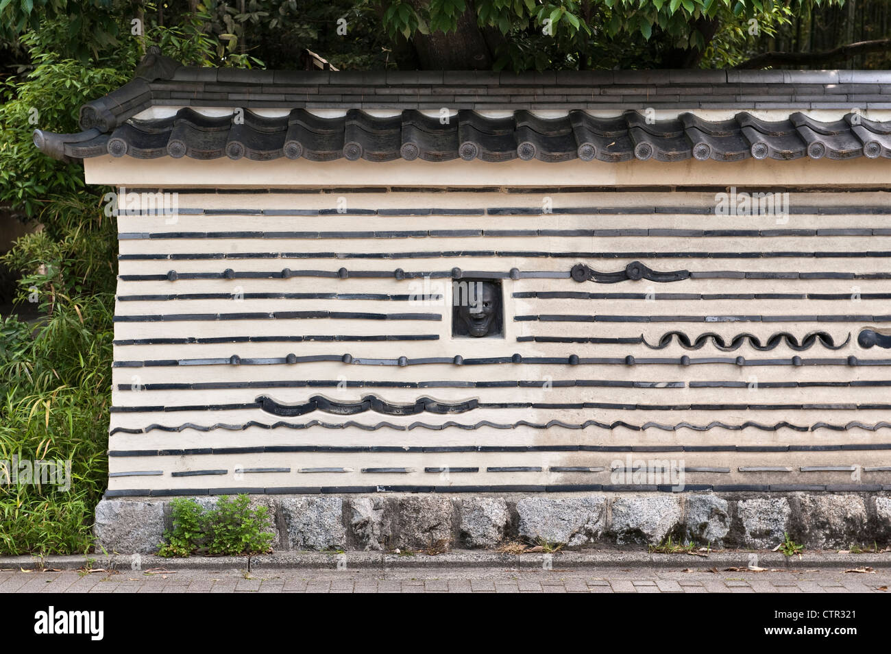 Kyoto, Japan. The wall surrounding Koto-in temple in the Daitoku-ji temple complex - Stock Image