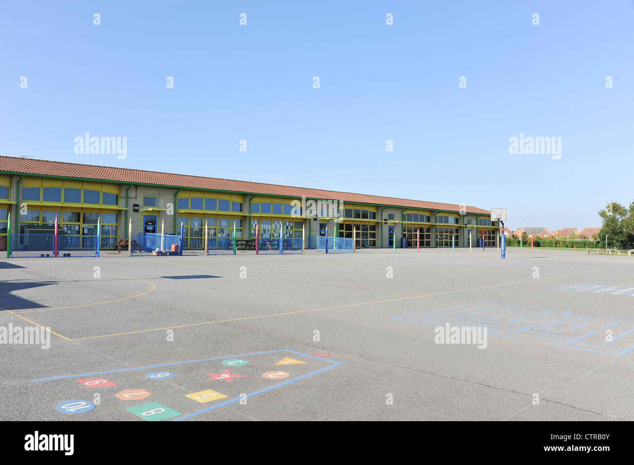 Modern school building and playground - UK infant/junior school pupils of 5-10 years - Stock Image