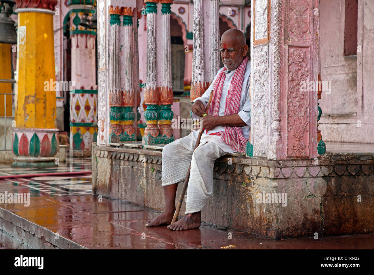 Indian man in traditional dress at bathhouse in Mathura, Uttar Pradesh, India - Stock Image