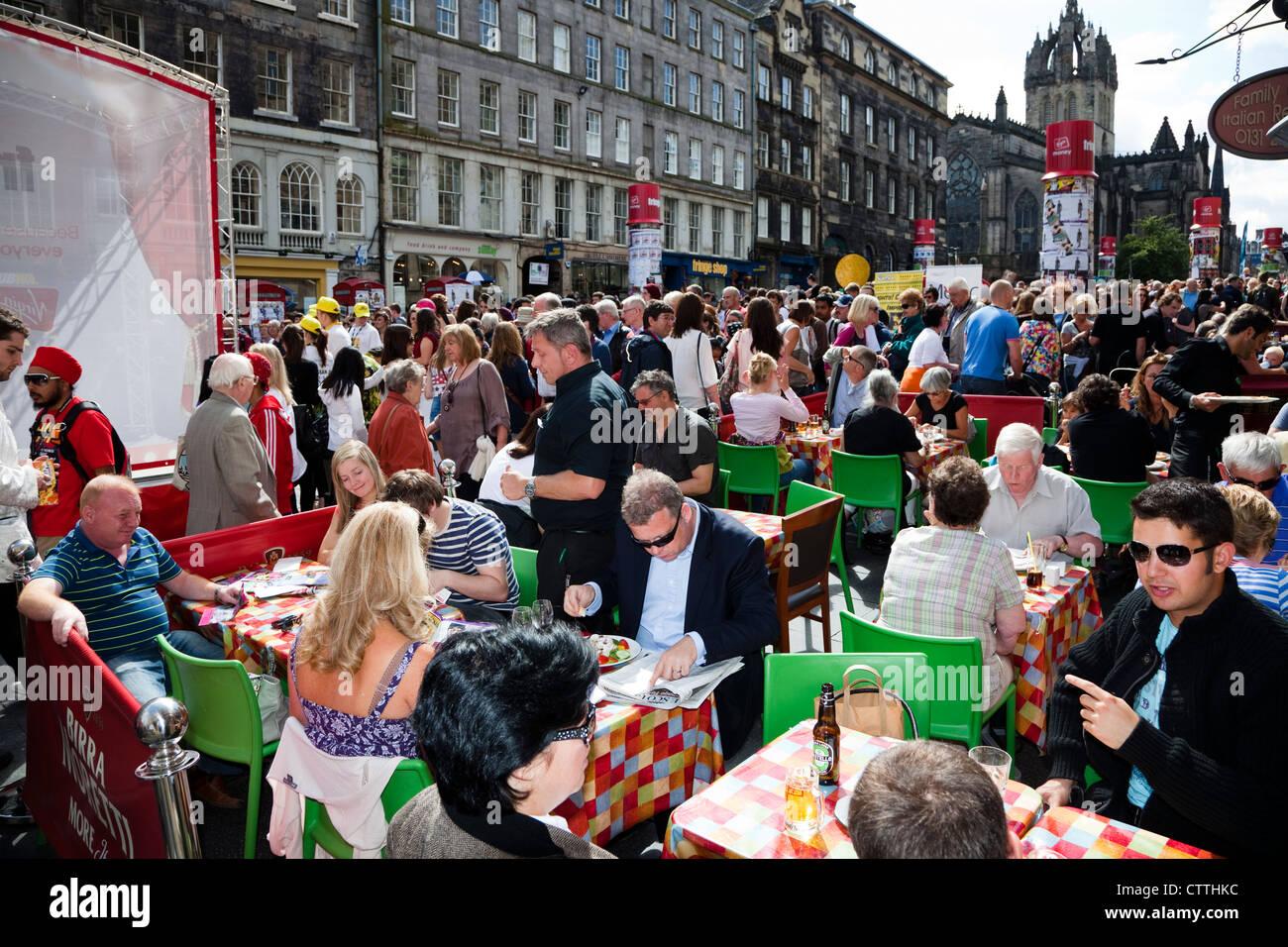 High Street, Edinburgh, with cafés and bars, during the Edinburgh festival, Scotland, UK, Great Britain - Stock Image