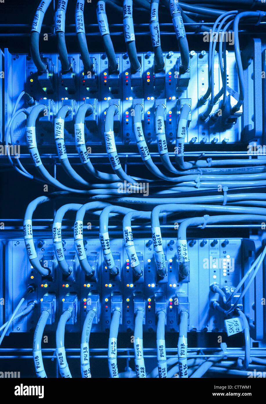 Switch im Schaltschrank - Netzwerk Steuerung mit vielen Kabel Stock Photo