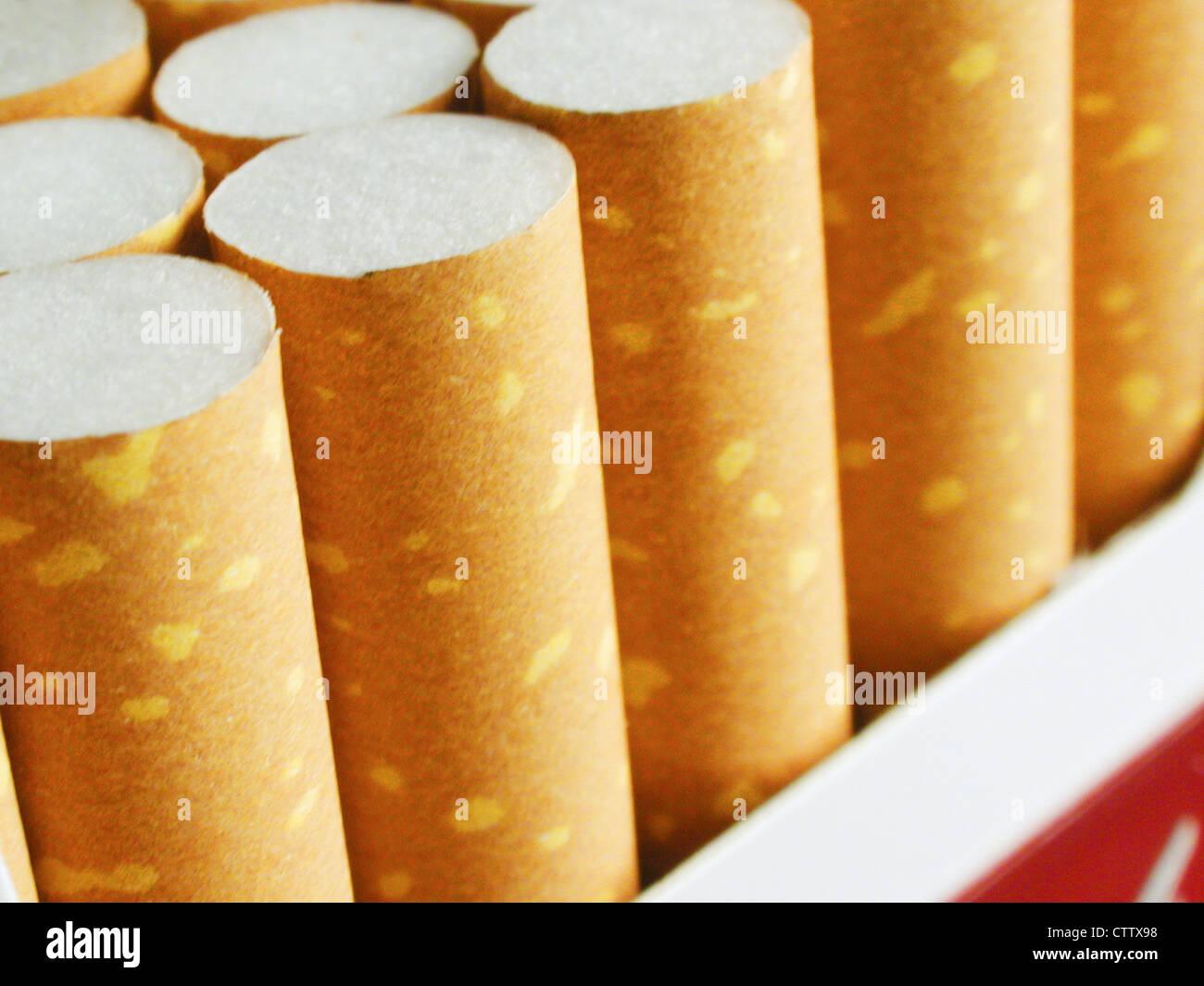Zigaretten in der Schachtel - Stock Image