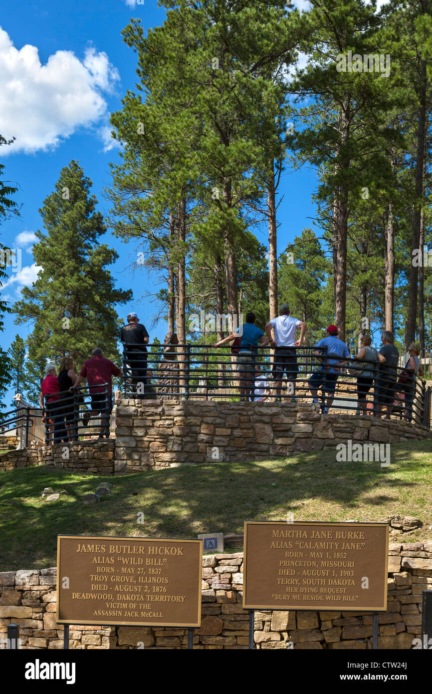 Tourists round the graves of Wild Bill Hickok and Calamity Jane in Mount Moriah Cemetery, Deadwood, South Dakota, - Stock Image