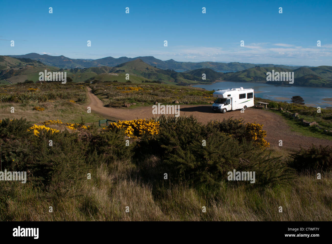 Kea Campervan at the very end of the Sandymount Road on Otago Peninsula in New Zealand.  Ein Wohnmobil am Ende der - Stock Image