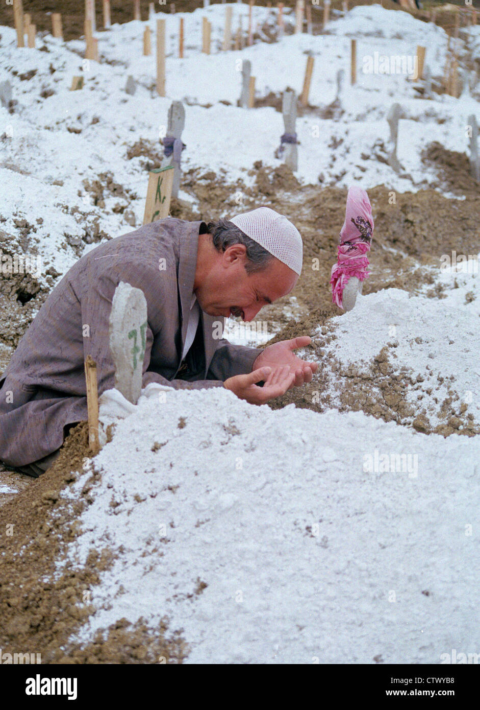 1999 Golcuk earthquake aftermath. Man praying in a cemetery Golcuk Turkey - Stock Image