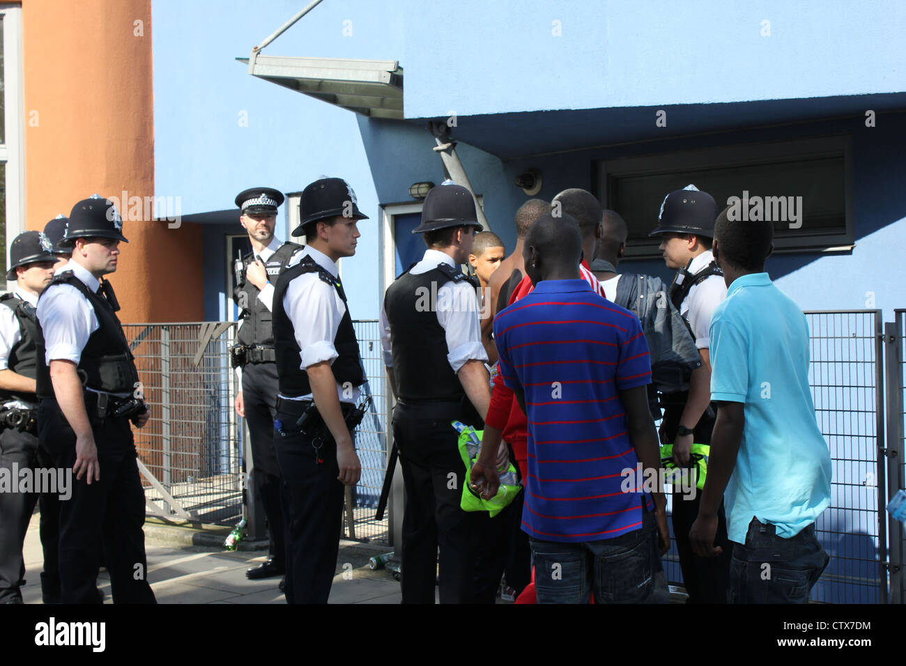 Police stopping youths for questioning during Notting Hill Carnival - Stock Image