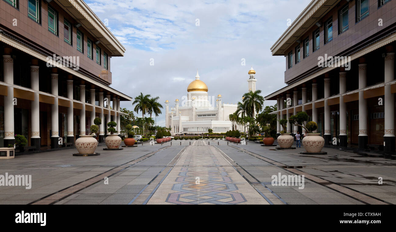 Bandar Seri Begawan city centre with the Omar Ali Saifuddien Mosque in the background. - Stock Image