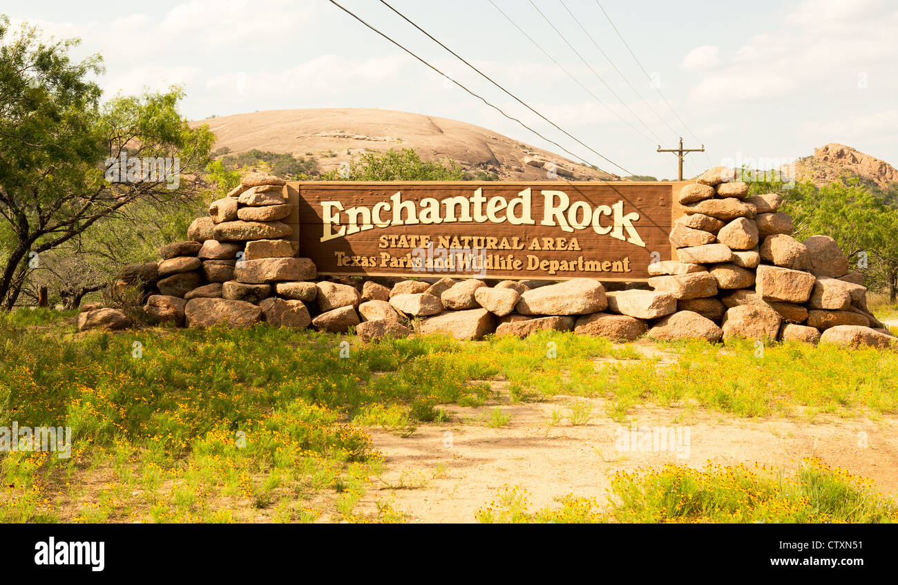 Enchanted Rock Entrance Sign with the batholith in the background - Stock Image