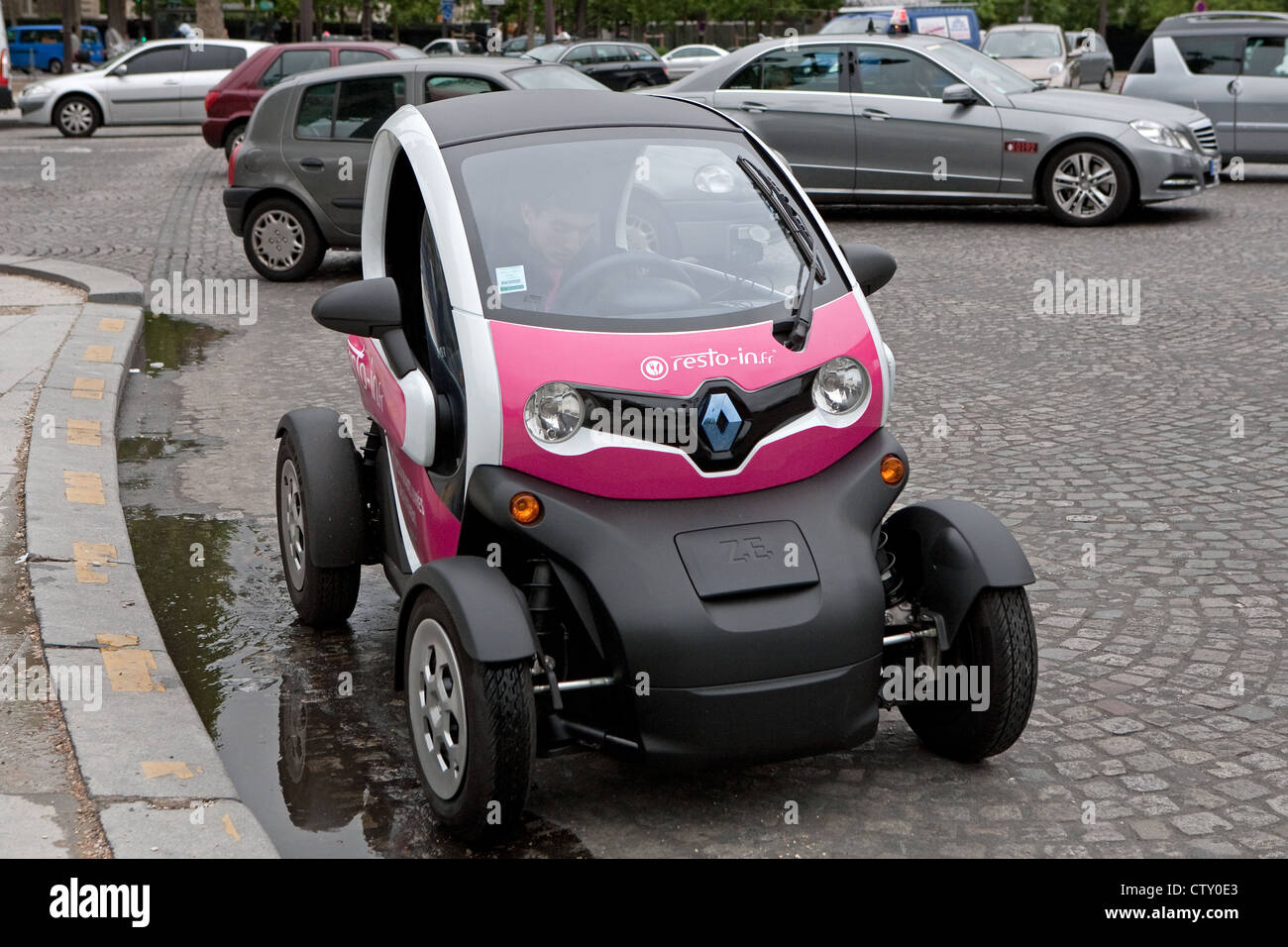 https://c8.alamy.com/comp/CTY0E3/a-renault-twizy-passing-by-the-arc-de-triumph-in-paris-france-CTY0E3.jpg