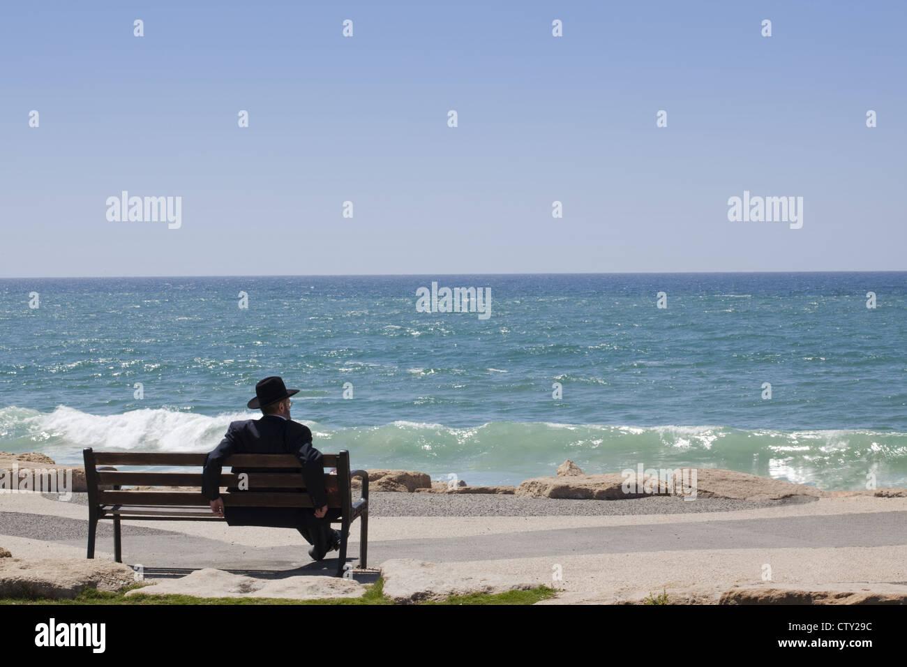 Beach scene along the seaside Shlomo Lahat Promenade in Tel Aviv, Israel - Stock Image