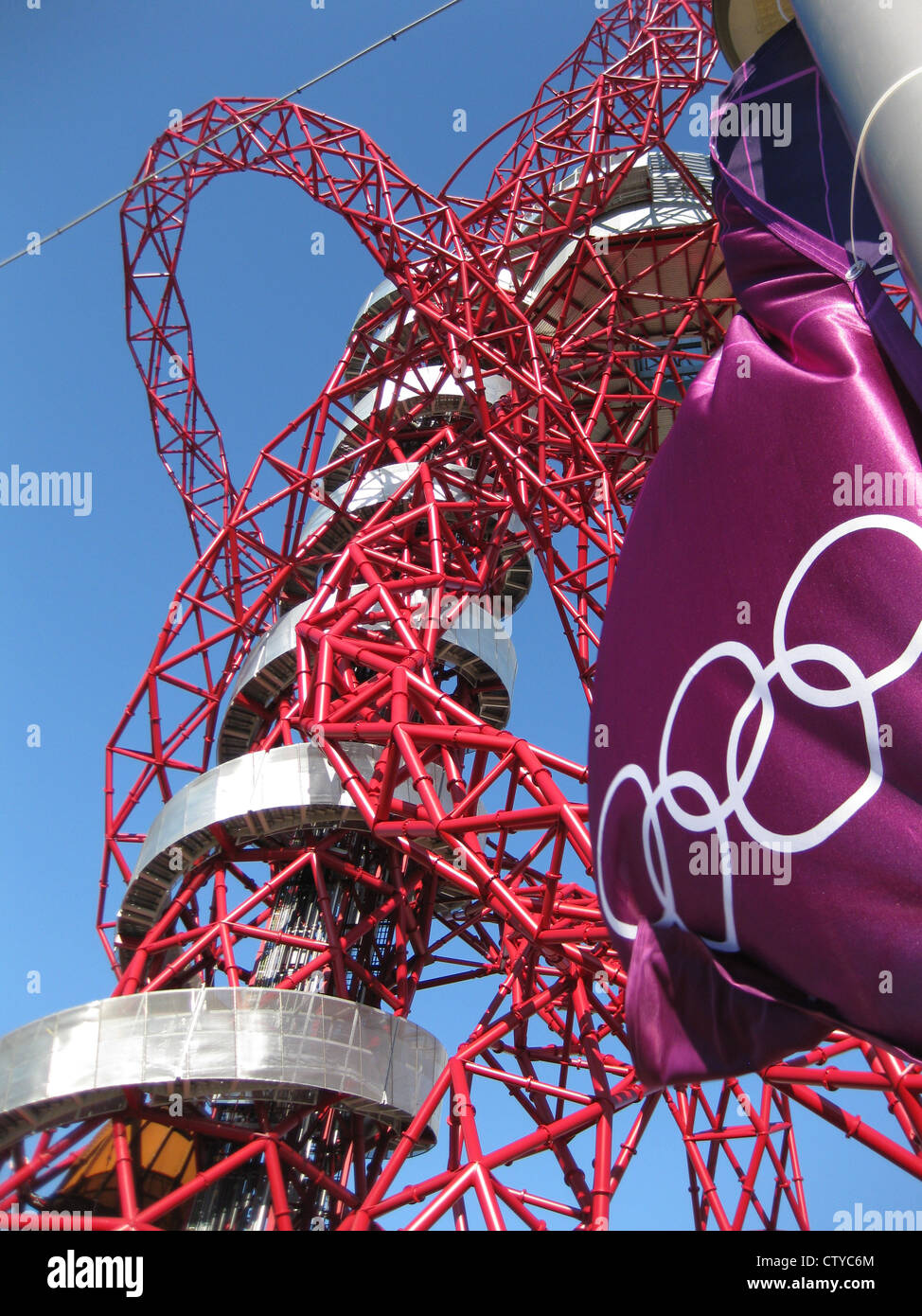 Arcelor Mittal Orbit with Olympic flag - Stock Image