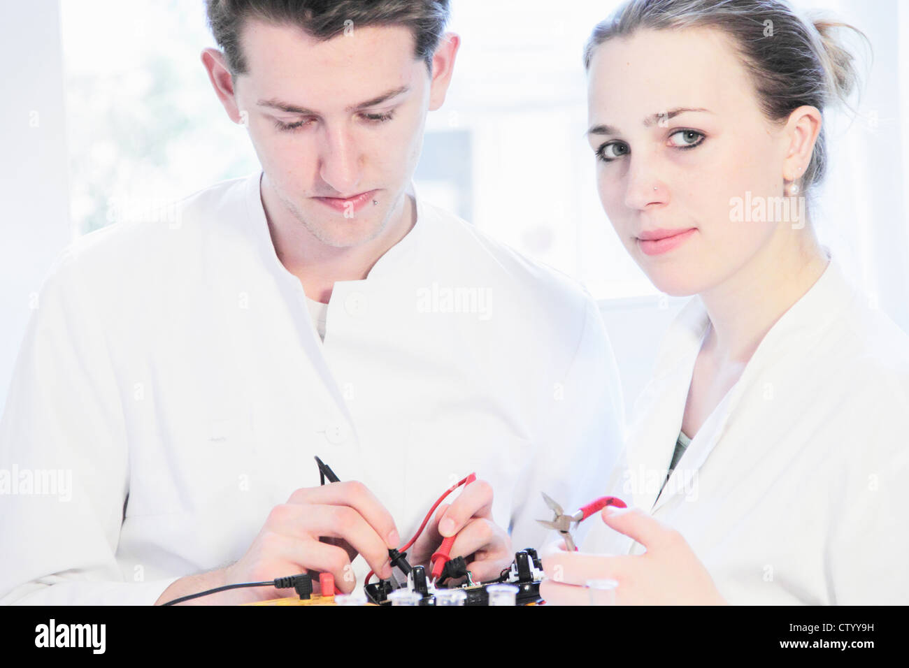 Students working in science lab - Stock Image