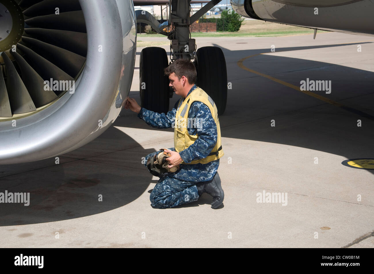 Aircrewman Mechanical Second Class Sebastian Moss, assigned to the Lonestar Express of Fleet Logistics Support Squadron - Stock Image